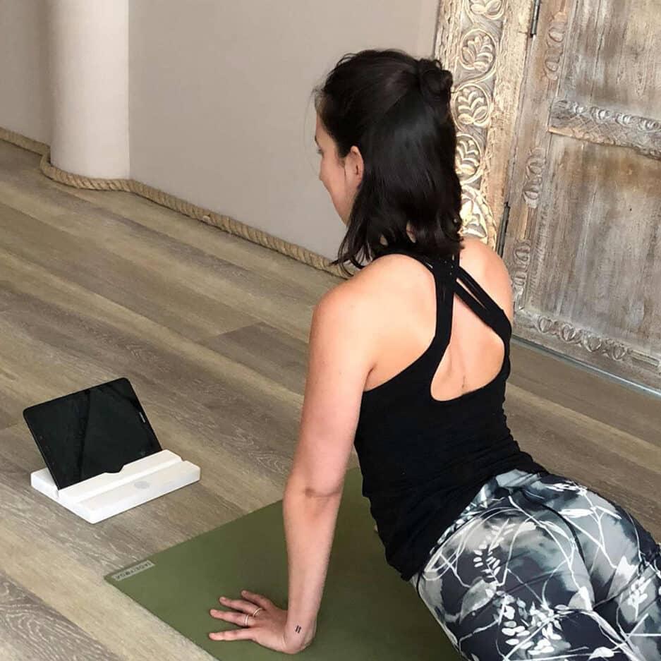 Tablet Halter in Weiß passend zum Apple Ipad. Halter für das Tablet aus Holz, wackelsicher und mit Mandala. Zum Surfen, Filme schauen und Musik hören | Online kaufen, schneller Versand