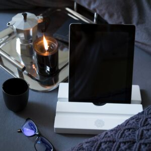 Weißer iPad Halter aus Holz im Onlineshop