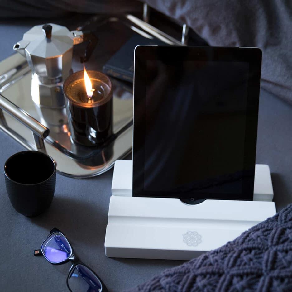 iPad Tablet Halter aus Holz | elegantes, weißes Office Accessoire | iPad und Tablets stehen absolut sicher und wackelfrei in diesem Halter. Tablet-Ständer für das iPad