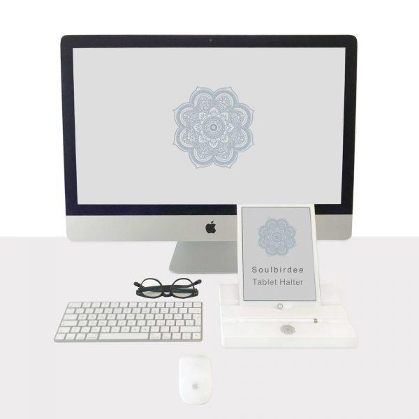 Tablet Halter in Weiß passend zum Apple Ipad. Halter für das Tablet aus Holz, wackelsicher und ohne Aluminium zum Surfen, Filme schauen und Musik hören