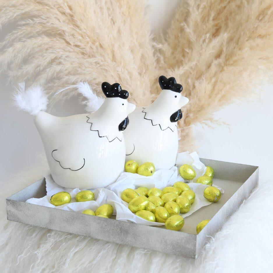 Huhn in Schwarz Weiß Porzellan für Ostern