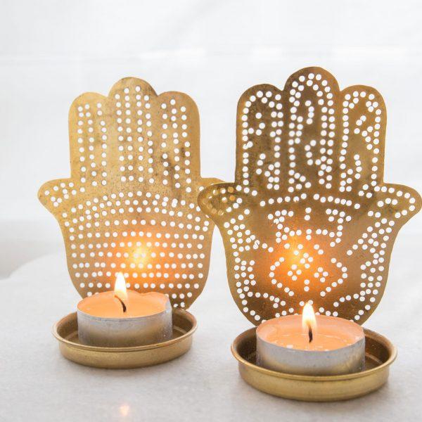 Marokkanische Teelichter aus Messing in Gold im orientalischen Stil mit der Hamsa Hand als Motiv. Entdecke die Teelichthalter von Zenza in weiteren Farben