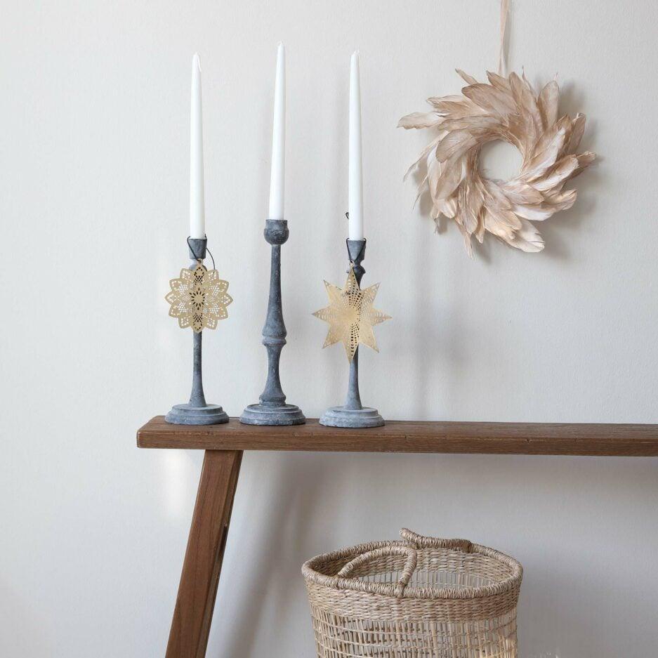 Skandinavischer Kerzenständer aus grauem Metall mit einer matten Oberfläche. Für Stabkerzen. Entdecke die schöne Kollektion unserer hohen Kerzenständer | Onlineshop