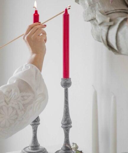 Grauer Kerzenständer aus Schweden mit einer melierten Oberfläche für lange Stabkerzen. Entdecke die schöne Kollektion an unseren Kerzenständern in Grau