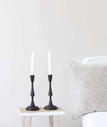 Kerzenhalter in Schwarz, matt aus Skandinavien. Die schwarzen Kerzenhalter bestehen aus Metall und dekorieren den Esstisch in schwedischen Stil