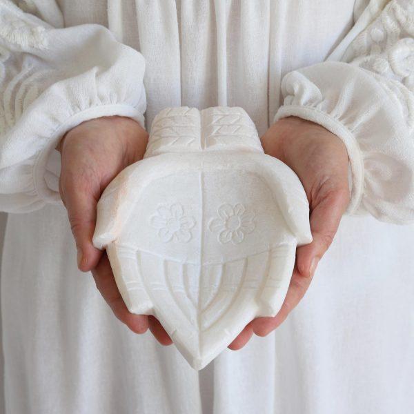 Schale aus Marmor im angesagten Ethno / Boho Wohnstil | Handgemacht in Indien. Die geschnitzten, weißen Hände sind ein Glücksbringer | Fatimas Hand, Hamsa