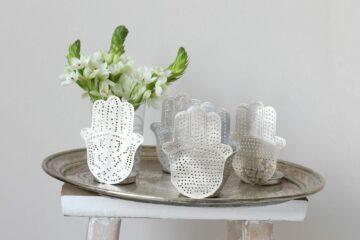 Silberne Kerzenhalter mit Hamsa Motiv von Zenza