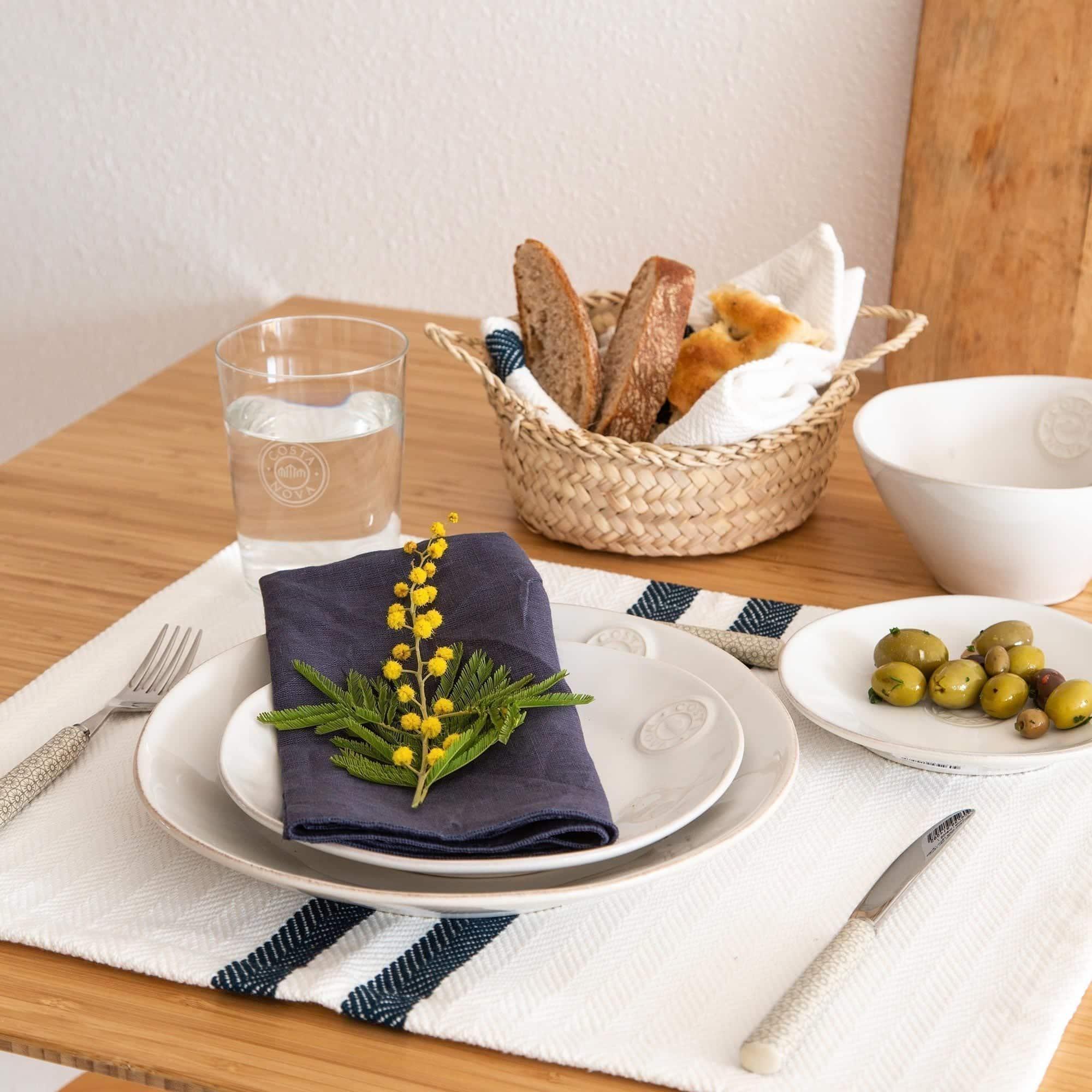 Frühstücksteller aus Steingut in Weiß. Entdecke das pflegeleichte Geschirr aus Portugal | schickes Logo Branding, schneller Versand