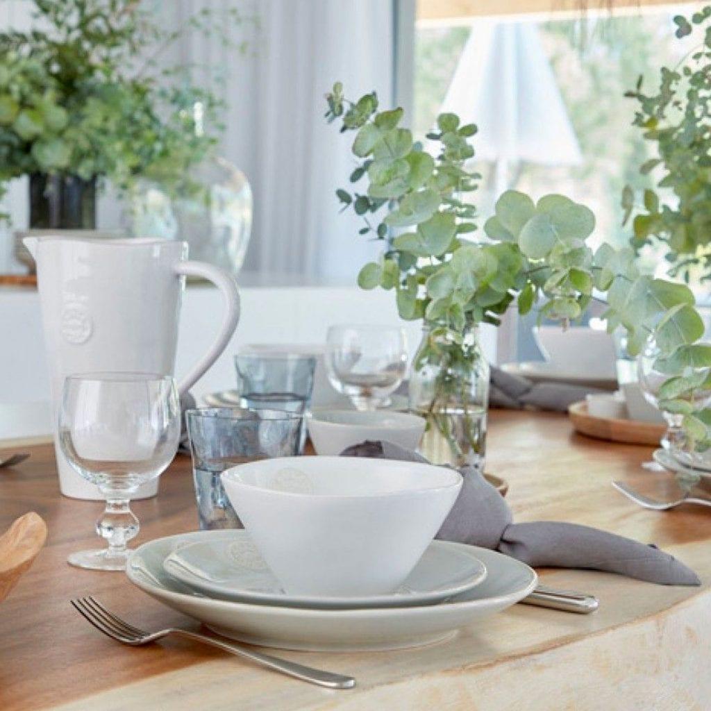 Weißes Geschirr für das Oster Frühstück. Zauberhaft zu naturfarbenen Servietten aus Leinen und Holz.