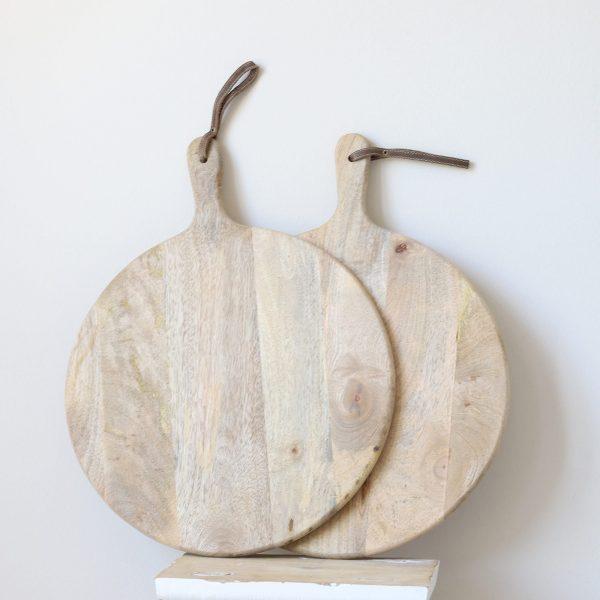 Holzbrett für Pizza mit Griff und 40 cm Durchmesser. Das runde Holzbrett mit Griff hat eine Aufhängung aus Leder. Rundes Schneidebrett online kaufen