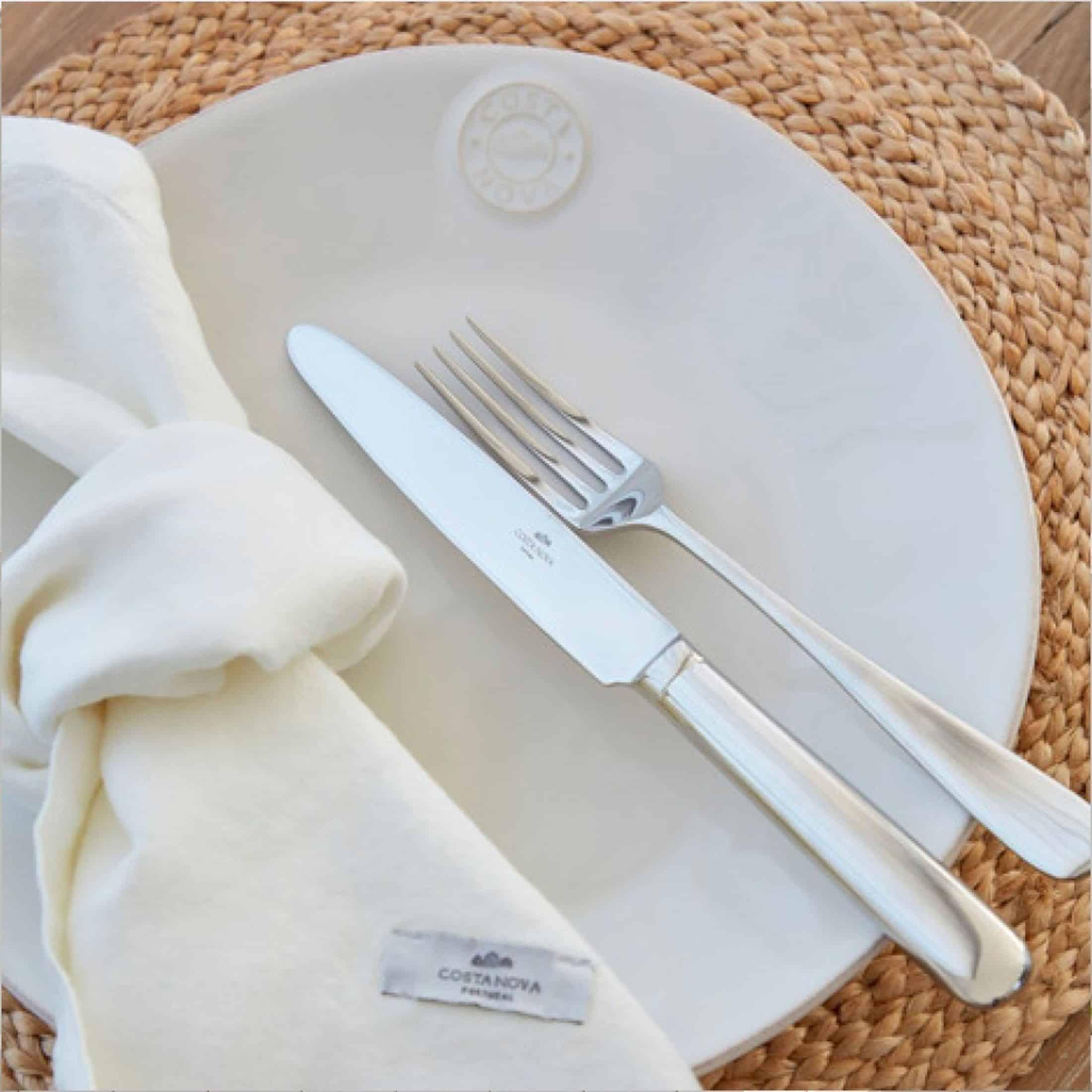 Speiseteller aus Steingut in Weiß, super pflegeleicht im Alltag. Entdecke das hochwertige Geschirr von der Marke Costa Nova aus Portugal