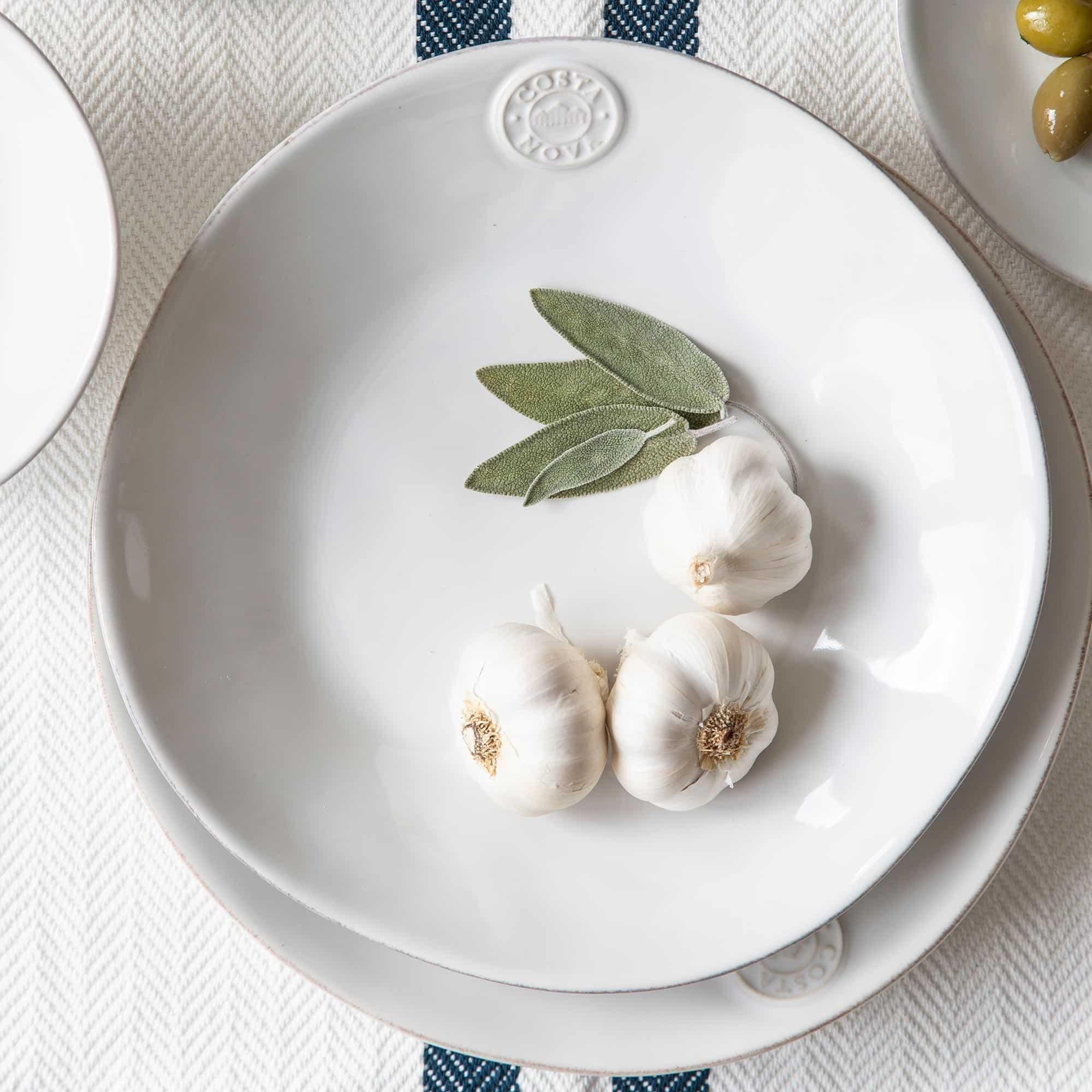 Pastateller aus Steinzeug im mediterranen Look direkt aus Portugal! Entdecke das robuste und pflegeleichte Geschirr von Costa Nova