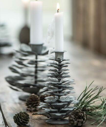 Kerzenständer aus Zink in Form eines Tannenbaumes im skandinavischen Stil. Kerzenhalter in Grau mit Tannenzapfen bei Soulbirdee kaufen