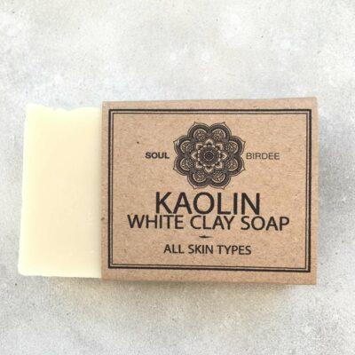 Vegane Seife ohne Palmöl aus weißer Tonerde, reinigt Deine Haut perfekt, trocknet nicht aus und wartet darauf, der beste Freund Deiner Haut zu sein!