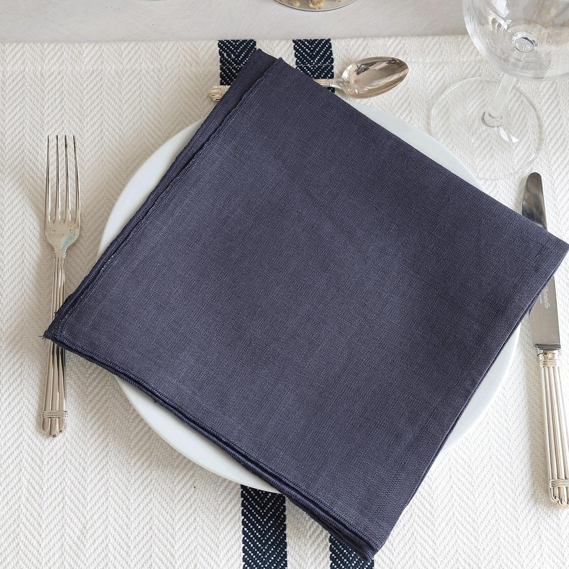 Stoffserviette aus Leinen in Blau für die Tischdekoration und für Feste. Die Serviette ist strapazierfähig und hohe Qualität. Servietten vonline kaufen bei Soulbirdee Onlineshop