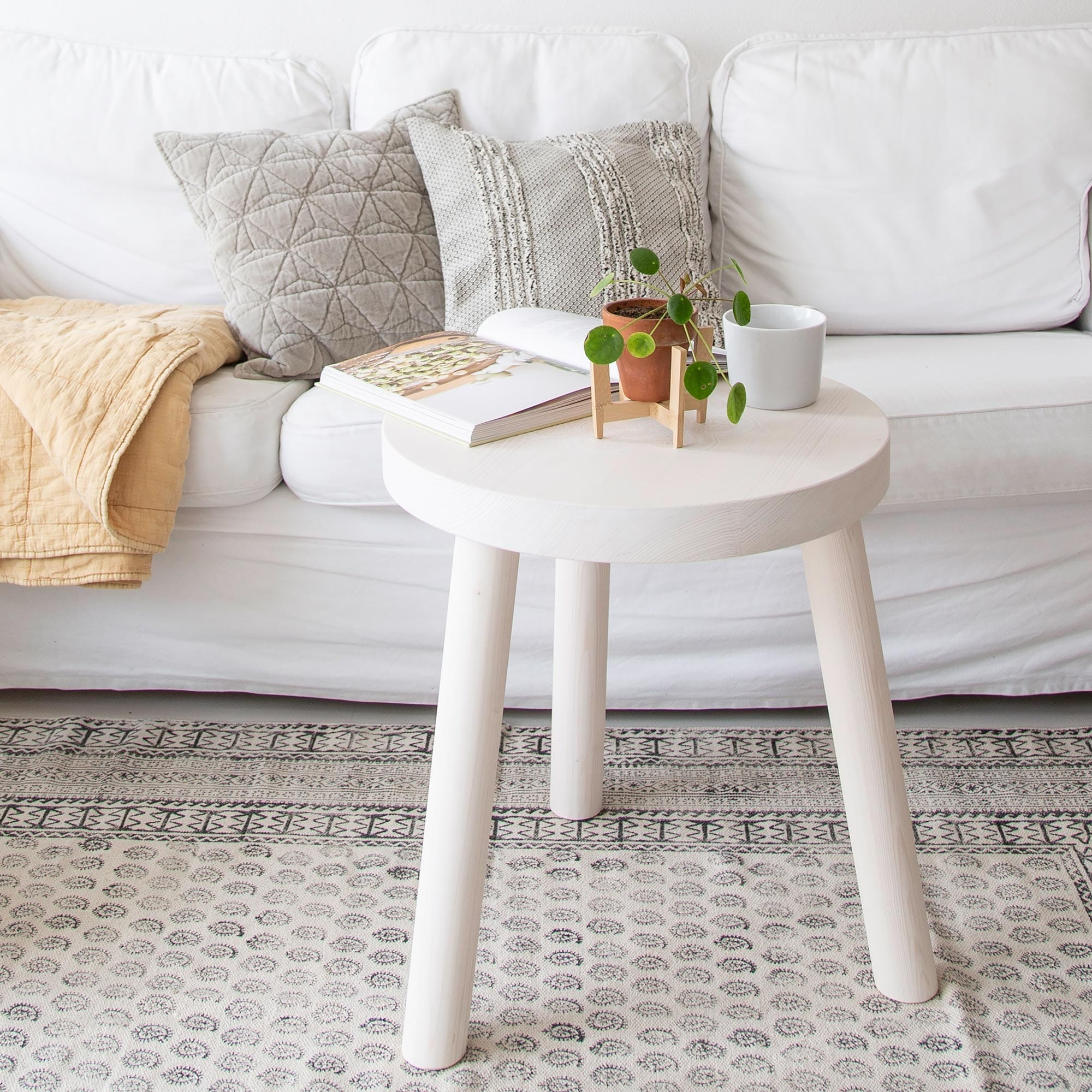 Easy-care carpet with a varied stamp pattern. The cotton rug is printed with black on beige by hand with pattern stamp. 70,8 x 47,2 and 106,2 x 74,8