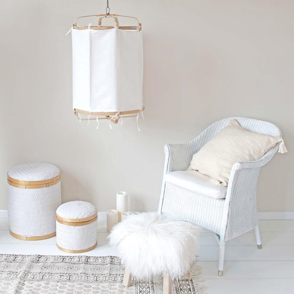 Weißer Lampenschirm mit einem Bezug aus Leinen und Bambus im Boho Wohnstil. Affari. Lampe / Leuchte / hängende Bohemian Dekoration zum Aufhängen an die Decke im Strandhaus Stil. WohnDeko