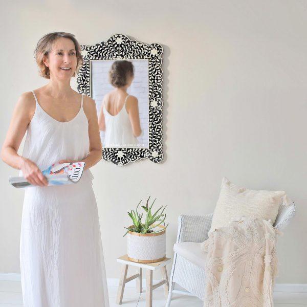 Schwarzer orientalischer marokkanischer Spiegel mit Intarsien Inlay Muster und weißen Blumen. Handgemachter großer Inlay Spiegel aus Rajasthan   schneller Versand