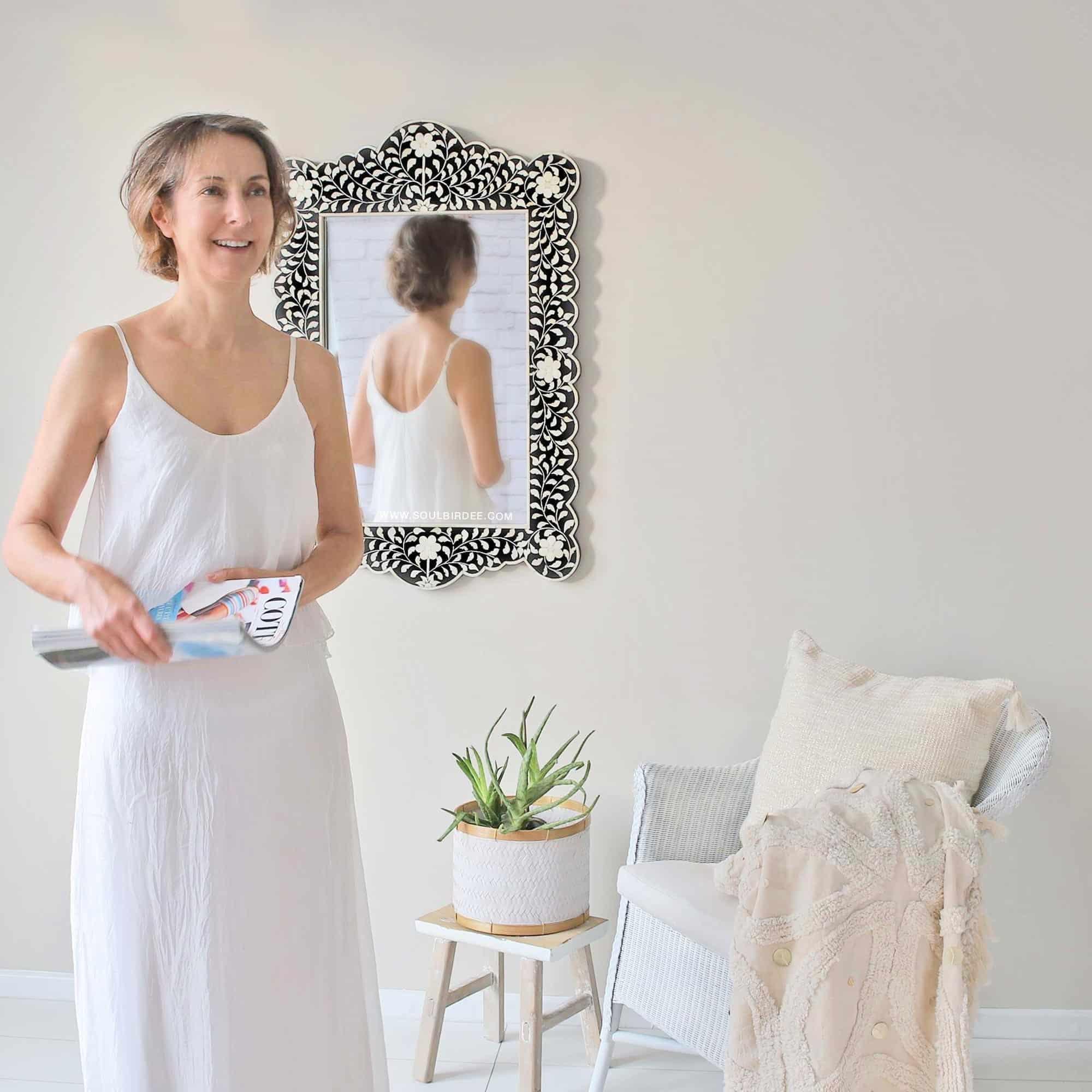 Schwarzer orientalischer marokkanischer Spiegel mit Intarsien Inlay Muster und weißen Blumen. Handgemachter großer Inlay Spiegel aus Rajasthan | schneller Versand