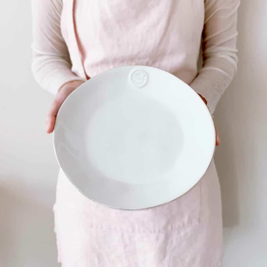 Speiseteller aus Steingut in Weiß mit 27 cm Durchmesser von der Marke Costa Nova. Robuste Teller, spülmaschinenfest reduziert bei Soulbirdee kaufen