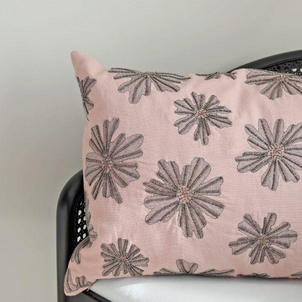 Dekokissen in Rosa mit bestickten Perlen und passender Kissenfüllung von Cozy Living. Kissen aus Baumwolle in 60 x 40 cm zum dekorieren für das Sofa und die Couch