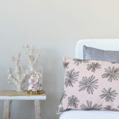 Rosa Kissen - Handarbeit - aus Baumwolle, bestickt mit grauen Perlen und Spitze im Blumen Muster von Cozy Living als Sofakissen für den Livingroom.