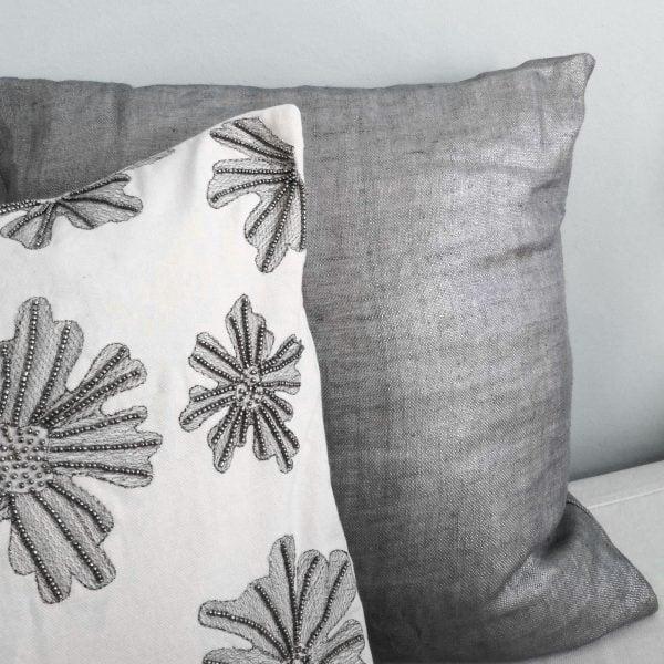Besticktes Kissen im Shabby chic Stil in den Maßen 60 x 40 cm von Cozy Living mit der passenden Kissenfüllung. Dekokissen mit Perlen und Blumenmuster für die Couch und das Sofa