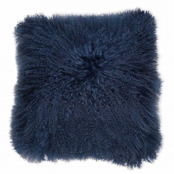 Dunkelblaues Fellkissen in 40 x 40 cm aus Schaffell von der Marke Kinzler Home. Kissen aus blauem Fell im skandinavischen Wohnstil für das Sofa