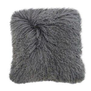 Fellkissen aus Schaffell in Grau in 40 x 40 cm von der Marke Kinzler Home. Kissen aus Fell im skandinavischen Wohnstil für das Sofa und die Couch