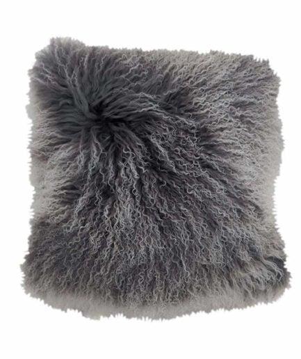 Graues Ombre Fellkissen aus Schaffell von der Marke Kinzler Home. Kissen aus Fell in 40 x 40 cm für das Sofa und die Couch
