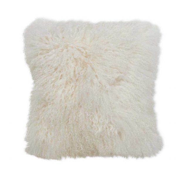 Weißes Fellkissen aus Schaffell in 40 x 40 cm von der Marke Kinzler Home. Das Kissen aus Fell im skandinavischen Wohnstil passt auf das Sofa und die Couch