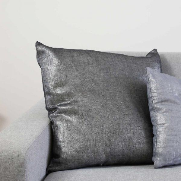 Kissen aus schwarzem, glänzendem Leinen von der Marke Zenza