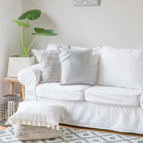 Bommelkissen in Weiß aus Baumwolle für das Sofa und die Couch von PB Home. 50 x 50 cm, aus Baumwolle für den Boho Wohnstil