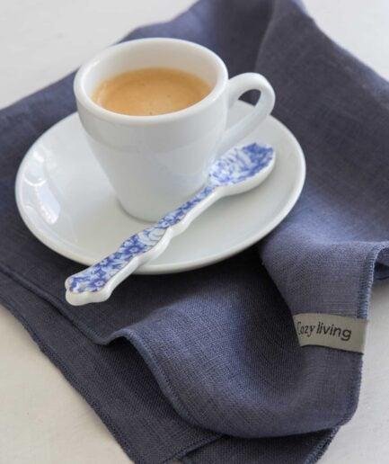 Stoffservietten aus weichem Leinen in Dunkelblau für eine maritime Tischdekoration. Entdecke die Servietten von Cozy Living im skandinavischen Design