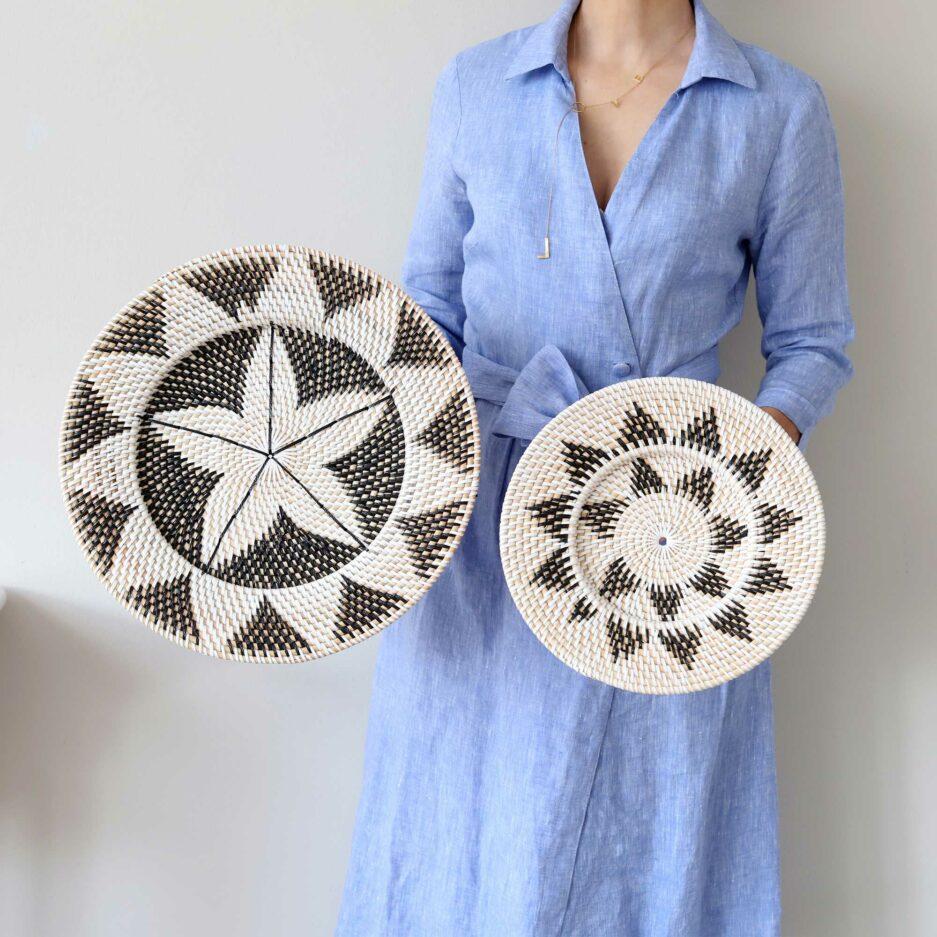 Wanddeko Teller Ethno aus Papua. Die runden Wandteller mit den Muscheln dekorieren jede Wand und lassen sich leicht anbringen. Entdecke die tollen Muster