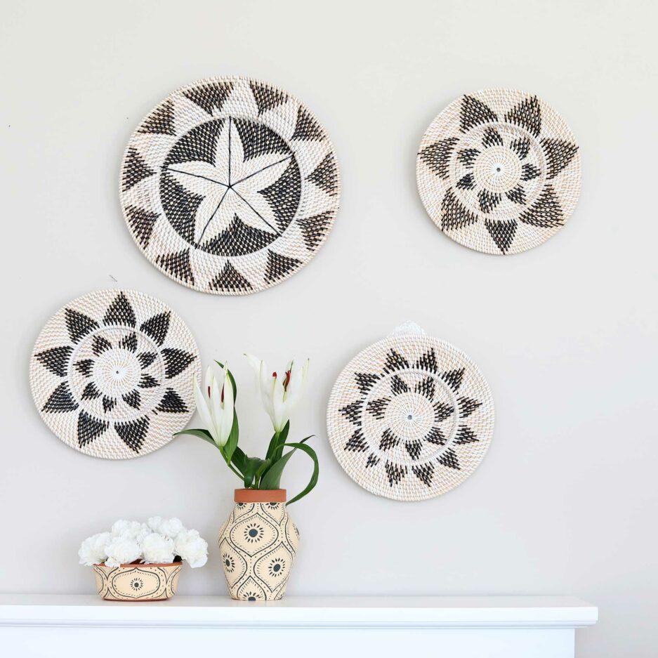 Wanddekoration Wandteller aus Bali Ethno aus Papua. Die runden Wandteller mit den Muscheln dekorieren jede Wand und lassen sich leicht anbringen. Entdecke die tollen Muster