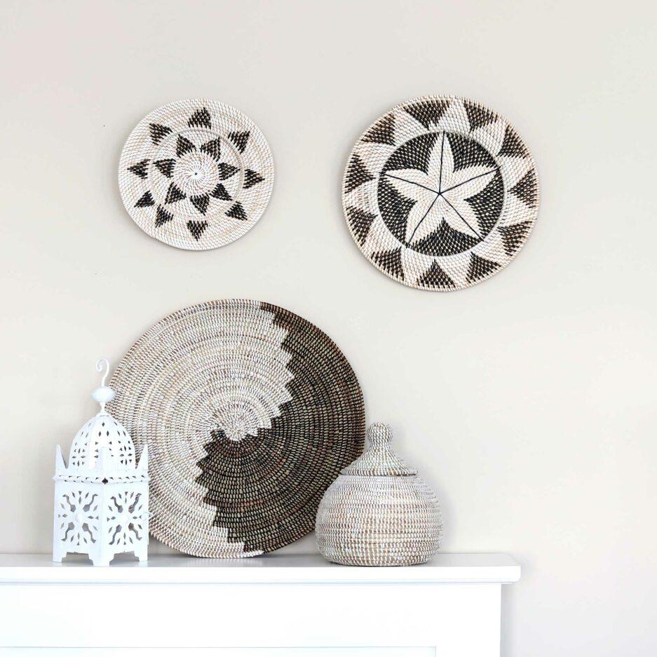Wandteller aus Bali und Afrika Ethno aus Papua. Die runden Wandteller mit den Muscheln dekorieren jede Wand und lassen sich leicht anbringen. Entdecke die tollen Muster