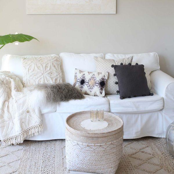 Kissen im Boho Style mit Rautenmuster und weichen Fransen. Das Kissen von Zenza in 30 x 50 cm dekoriert das Sofa und wird mit Füllung geliefert