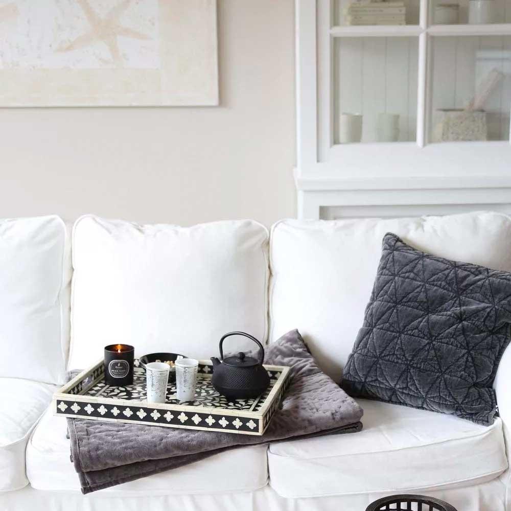 Sofakissen dekorieren mit einer einfachen Anleitung, die immer gelingt. DIY Sofa dekorieren mit Kissen. Wir wählen Dekokissen für die Couch | Wohnzimmerdeko