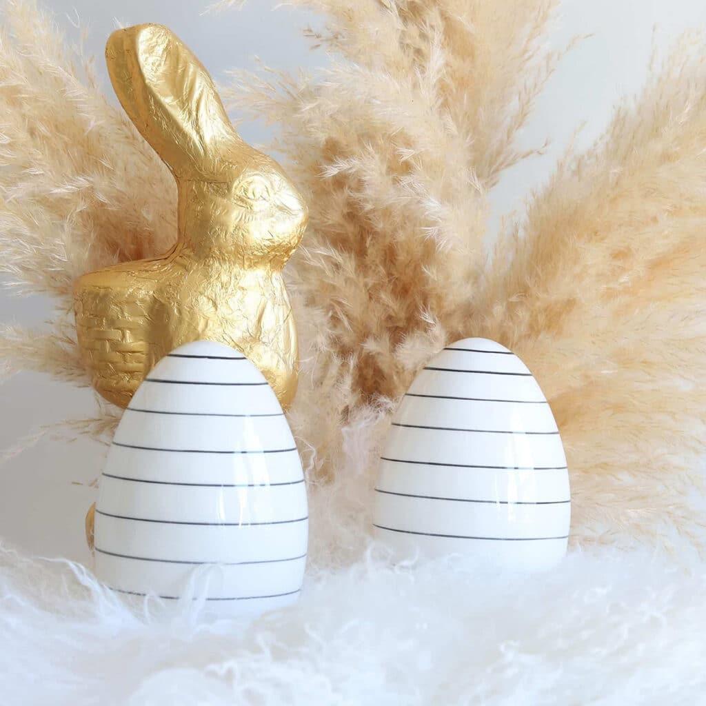 Nicht bunte Osterei Deko aus Porzellan. Schwarz-Weiß geringelt auf Porzellan sieht das Ei sehr nordisch aus und glänzt charmant