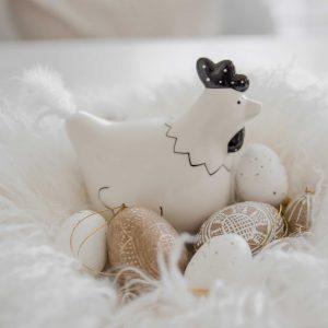Deko Huhn aus Porzellan für die Dekoration an Ostern oder im Landhaus Stil. Die schwarz-weiße Dekofigur ist eine skandinavische Osterdeko. Osterdeko kaufen