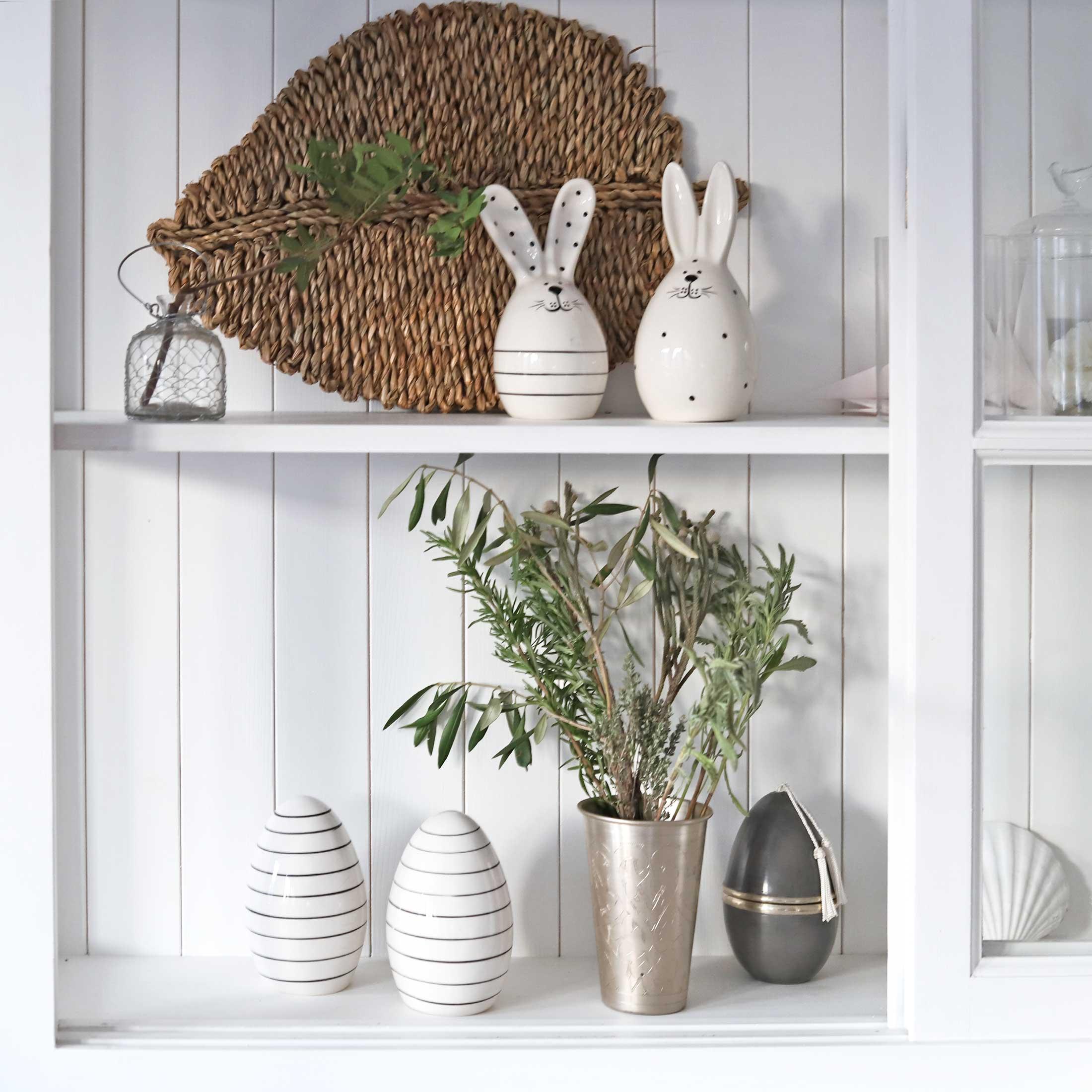 Gestreifter Osterhase im skandinavischen Wohnstil aus weißen Porzellan. Entdecke die beliebten Osterhasen mit den Streifen für das Osterfest