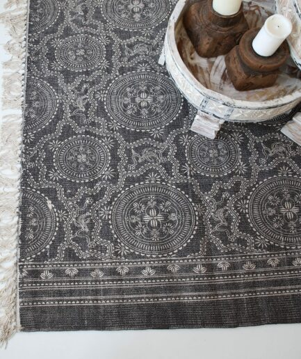 Dunkelgrauer Teppich mit weißem Mandala BOHO Muster bedruckt und weißen Fransen. Der Wohnzimmerteppich aus Baumwolle ist mit Stempel bedruckt.180 x 120 , 270 x 190 cm