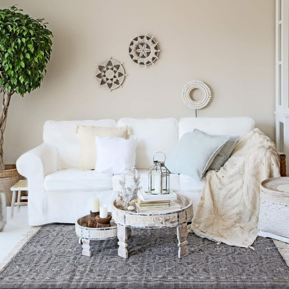 Chakki Teetisch Set, heller marokkanischer Teetisch aus Holz mit geschnitztem Muster. Der runde Chakki Tisch in 2 Größen passt perfekt im Bohemian Stil. 60 cm, 40 cm