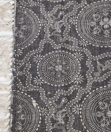 Dunkler Teppich mit weißem Mandala BOHO Muster bedruckt und weißen Fransen. Der Wohnzimmerteppich aus Baumwolle ist mit Stempel bedruckt.180 x 120 , 270 x 190 cm