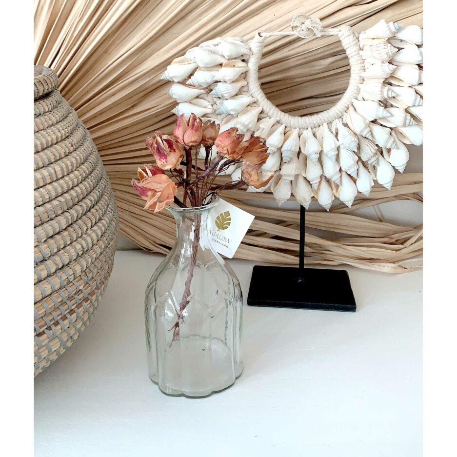 """Kleine hohe Vase für eine Blume aus Glas """"Maiglöckchen"""" zum Dekorieren von Blumen auf einem Deko Tablett. Entdecke unsere süßen Blumenvasen aus Skandinavien"""