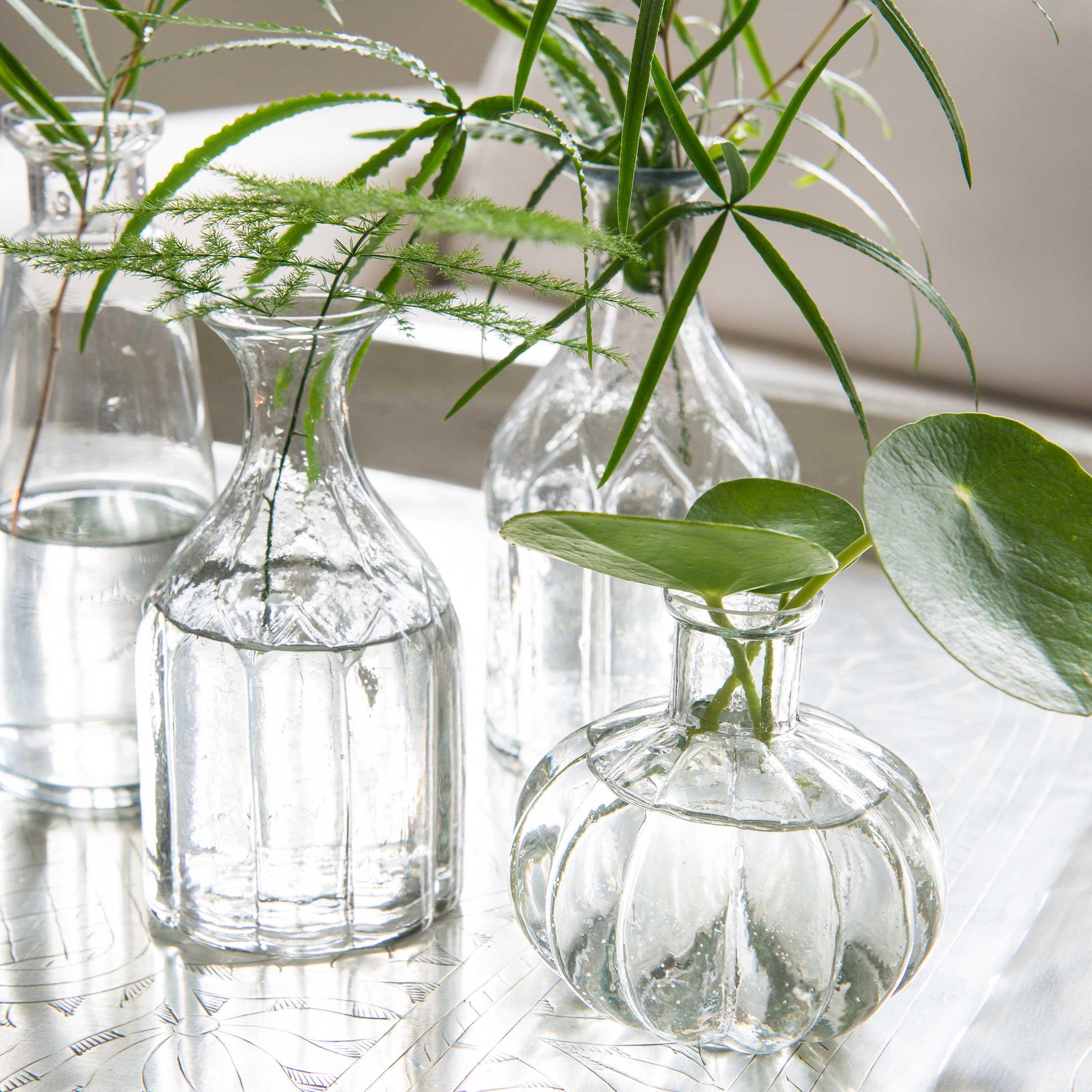 Dekovase für Feld-Blumen mit einem Muster, Kleine Glasvase mit Bogen Muster, hohe Vase aus klarem Glas für ein Dekotablett zum Dekorieren. Blumenschmuck