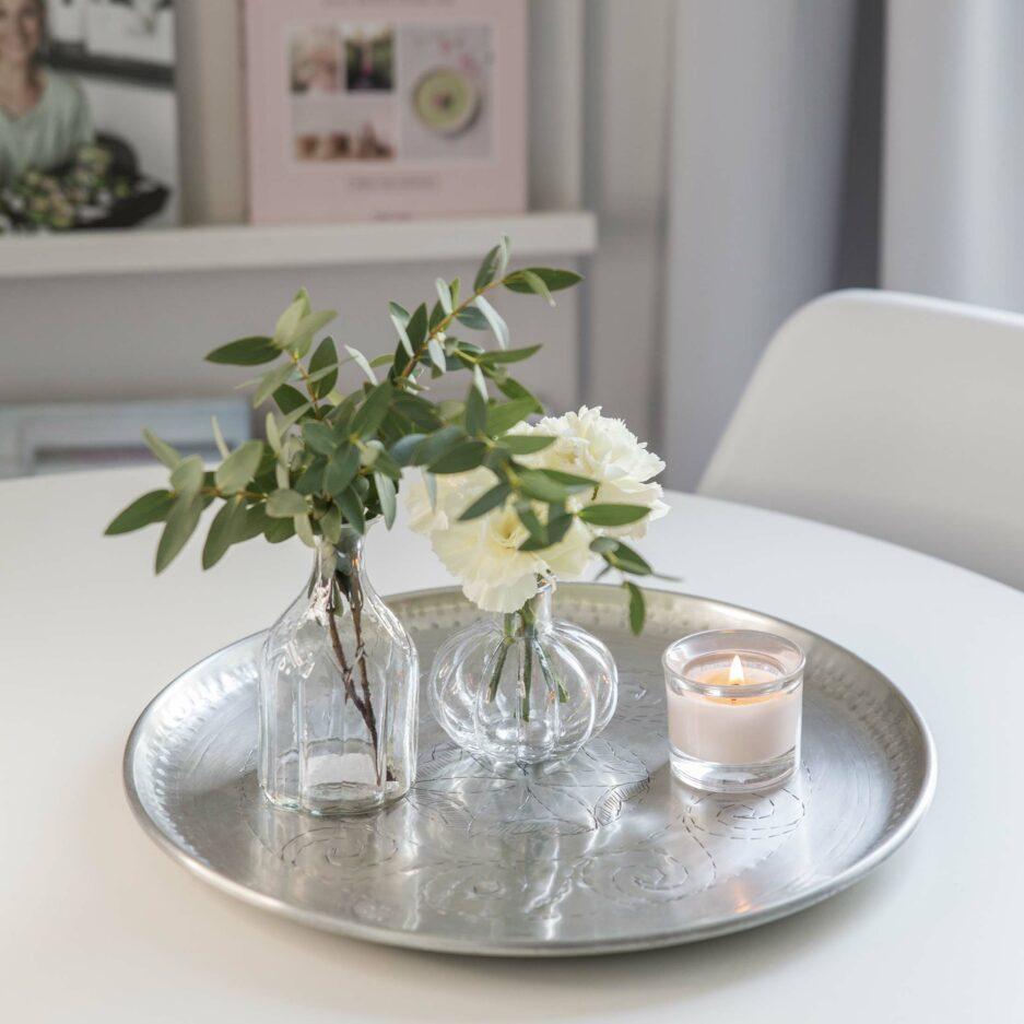 Glasvase aus klarem Glas für kleine Blumen und Zweige zum Dekorieren auf einem Dekotablett. Die Vase gibt es in 2 Formen und unterschiedlicher Höhe, Gänseblümchen und Maiglöckchen