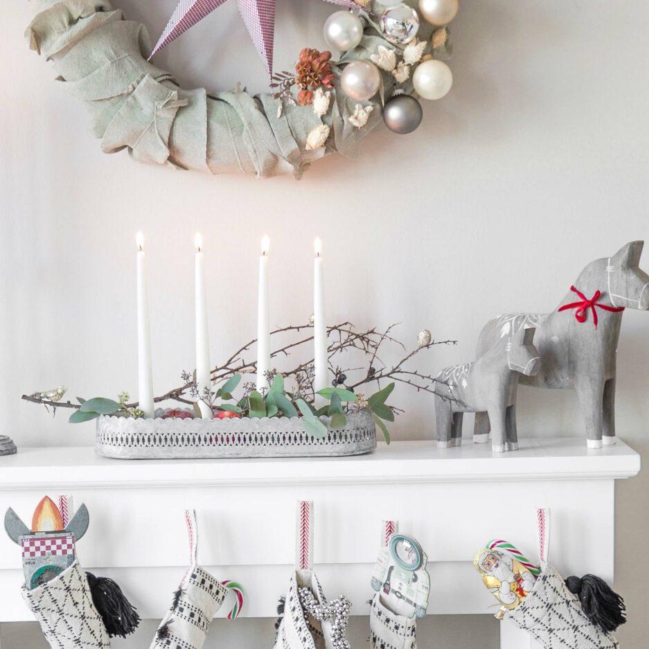Graues, ovales Kerzentablett aus Zink für 4 Kerzen im Skandi Stil verzaubert die Weihnachtszeit. Entdecke die skandinavische Marke Affari und unsere schöne Deko