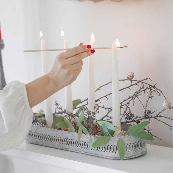 Graues, ovales Kerzentablett aus Zink für 4 Kerzen im Shabby chic Stil verzaubert die Weihnachtszeit. Entdecke die skandinavische Marke Affari und unsere schöne Deko